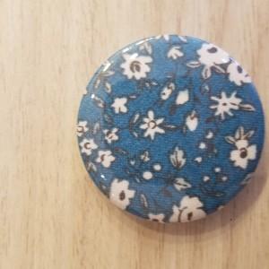 Badge fleurs bleues