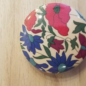 Badge fleurs rouges et bleues